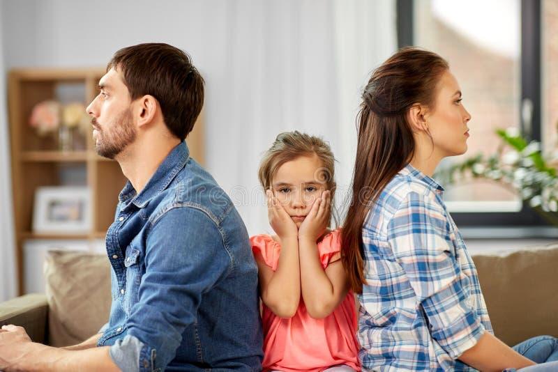 Δυστυχισμένη οικογένεια στο σπίτι στοκ εικόνες