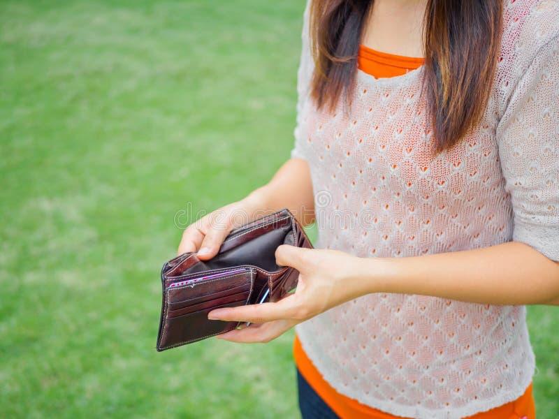 Δυστυχισμένη πτωχεύσασα γυναίκα με το κενό πορτοφόλι στοκ εικόνες με δικαίωμα ελεύθερης χρήσης