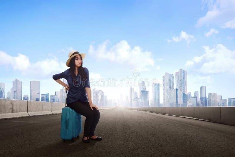 Δυστυχισμένη όμορφη ασιατική ταξιδιωτική γυναίκα με την αναμονή αποσκευών tran στοκ φωτογραφία με δικαίωμα ελεύθερης χρήσης