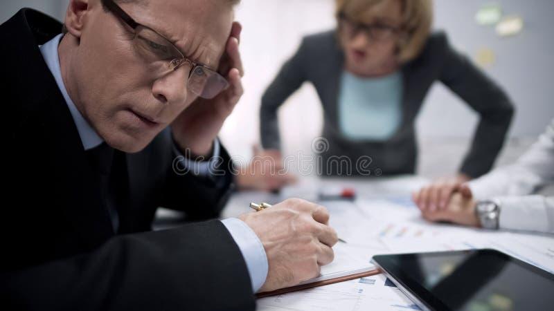 Δυστυχισμένος διευθυντής που αποφεύγει τη οπτική επαφή με τον ενοχλημένο προϊστάμενο γυναικών, πίεση εργασίας στοκ εικόνες με δικαίωμα ελεύθερης χρήσης