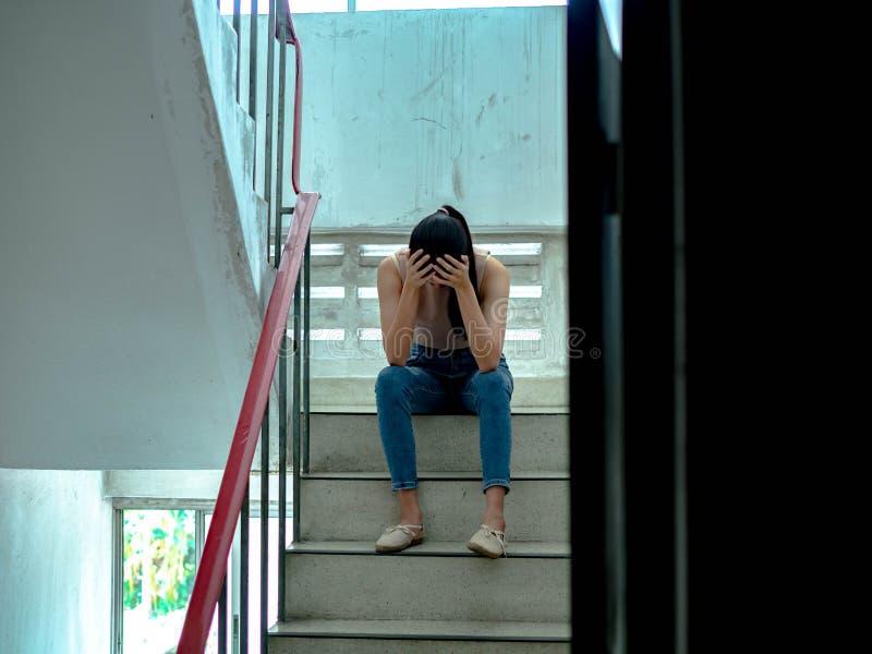 Δυστυχισμένος καταθλιπτικός έφηβος με το πρόσωπο στα χέρια που κάθεται το σκαλοπάτι, σκεπτόμενος για το πρόβλημα με τις σχέσεις ή στοκ φωτογραφία