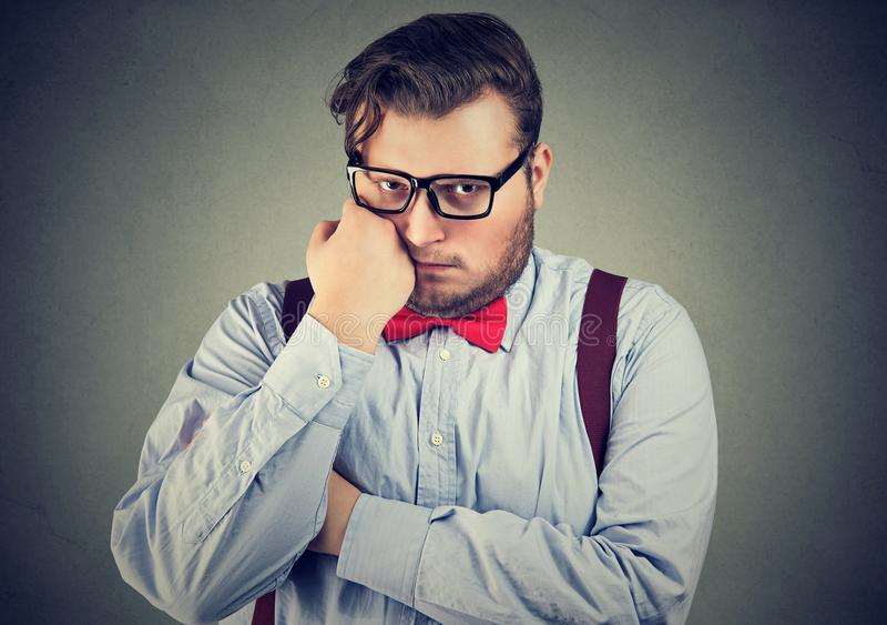 Δυστυχισμένος νεαρός άνδρας με το υπερβολικό βάρος στοκ φωτογραφία με δικαίωμα ελεύθερης χρήσης