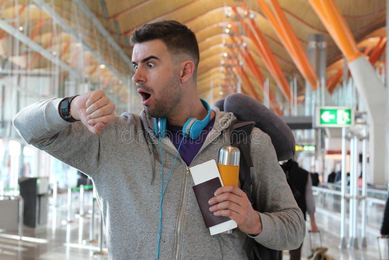 Δυστυχισμένος ταξιδιώτης που παρουσιάζει την απογοήτευση και κλονισμό στοκ φωτογραφίες