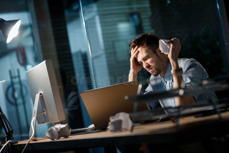 Δυστυχισμένο άτομο που τσαλακώνει τα έγγραφα στοκ εικόνες