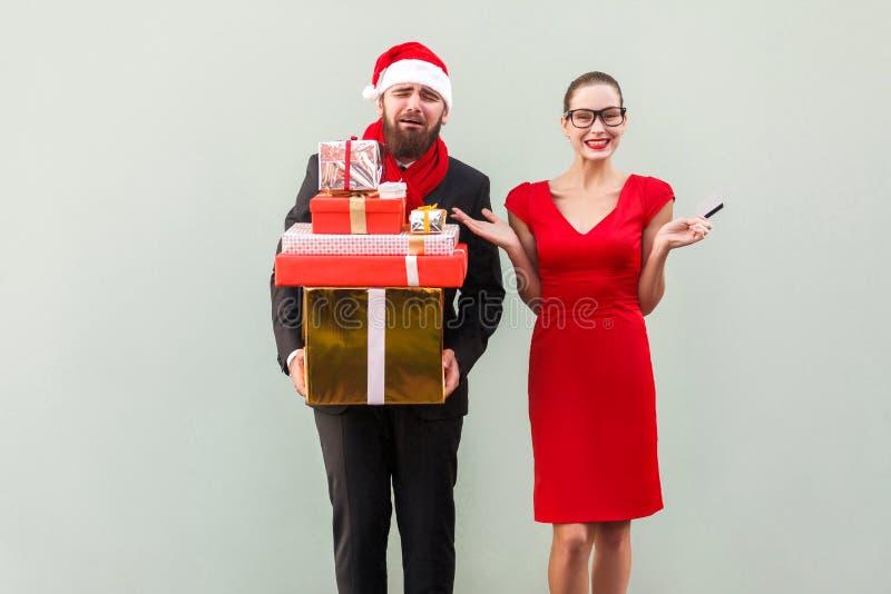 Δυστυχισμένο γενειοφόρο καλά ντυμένο άτομο που κρατά πολύ κιβώτιο δώρων και cryin στοκ εικόνα με δικαίωμα ελεύθερης χρήσης