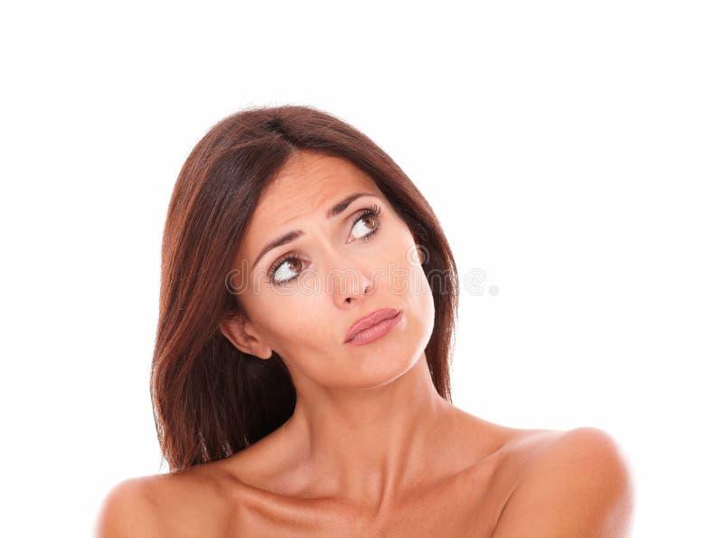 Δυστυχισμένο ενήλικο θηλυκό που ανατρέχει στο αριστερό της στοκ εικόνα με δικαίωμα ελεύθερης χρήσης