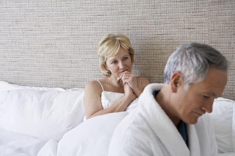 Δυστυχισμένο ζεύγος στην κρεβατοκάμαρα στοκ εικόνες με δικαίωμα ελεύθερης χρήσης