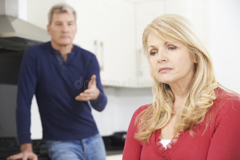 Δυστυχισμένο ώριμο ζεύγος που έχει το επιχείρημα στο σπίτι στοκ εικόνα με δικαίωμα ελεύθερης χρήσης