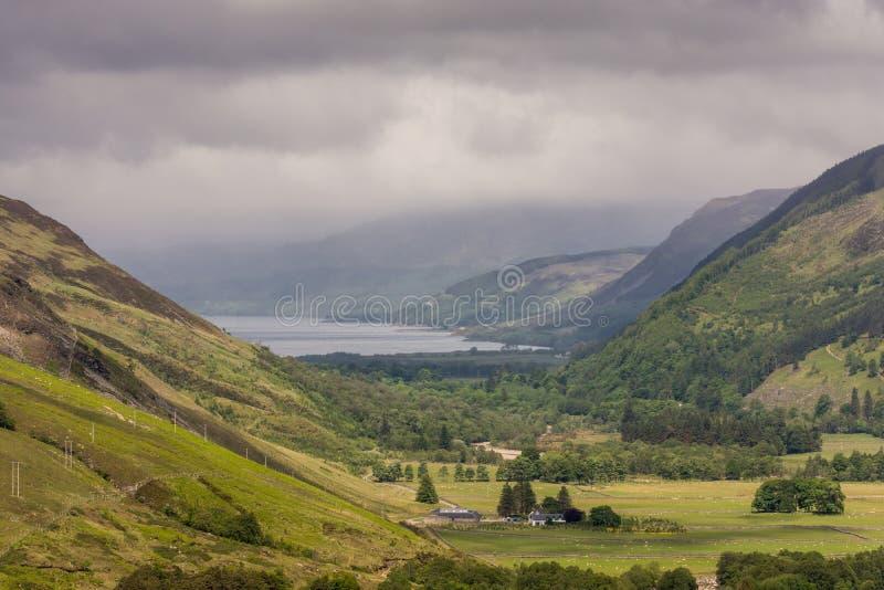 Δυτικά του φαραγγιού Corrieshalloch κοιτάξτε επάνω στη σκούπα λιμνών, Σκωτία στοκ εικόνες