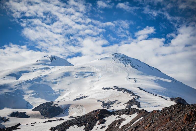 Δυτικές και ανατολικές αιχμές της κινηματογράφησης σε πρώτο πλάνο Elbrus υποστηριγμάτων - 5642 μέτρα και 5621 μέτρα βόρειο osseti στοκ φωτογραφία με δικαίωμα ελεύθερης χρήσης