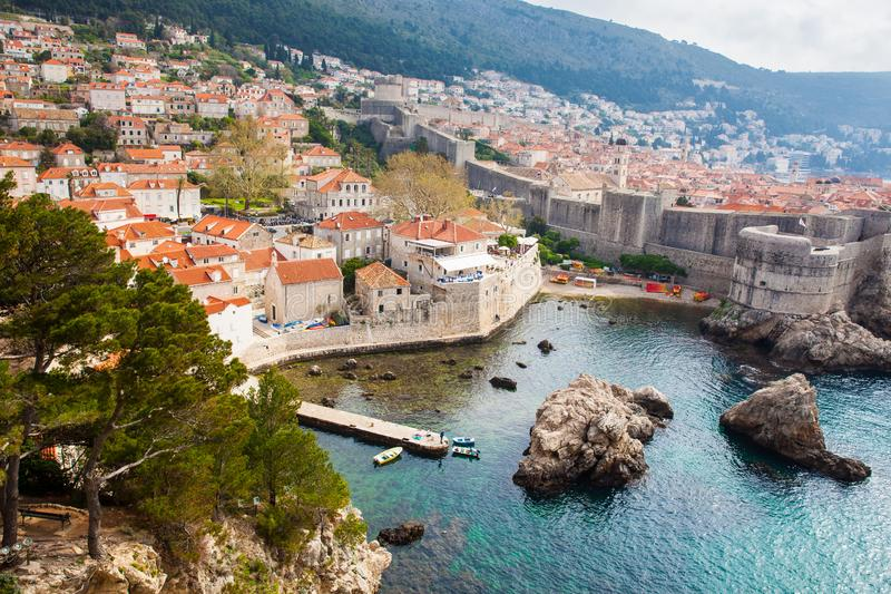 Δυτική αποβάθρα Dubrovnik και μεσαιωνικές οχυρώσεις της πόλης που βλέπει από το οχυρό Lovrijenac στοκ φωτογραφία