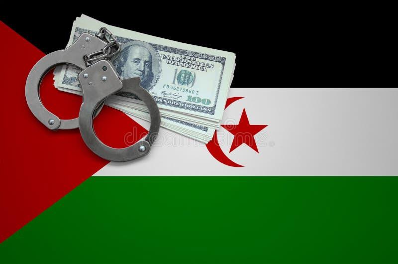 Δυτική σημαία Σαχάρας με τις χειροπέδες και μια δέσμη των δολαρίων Η έννοια της παράβασης του νόμου και των εγκλημάτων κλεφτών στοκ φωτογραφία