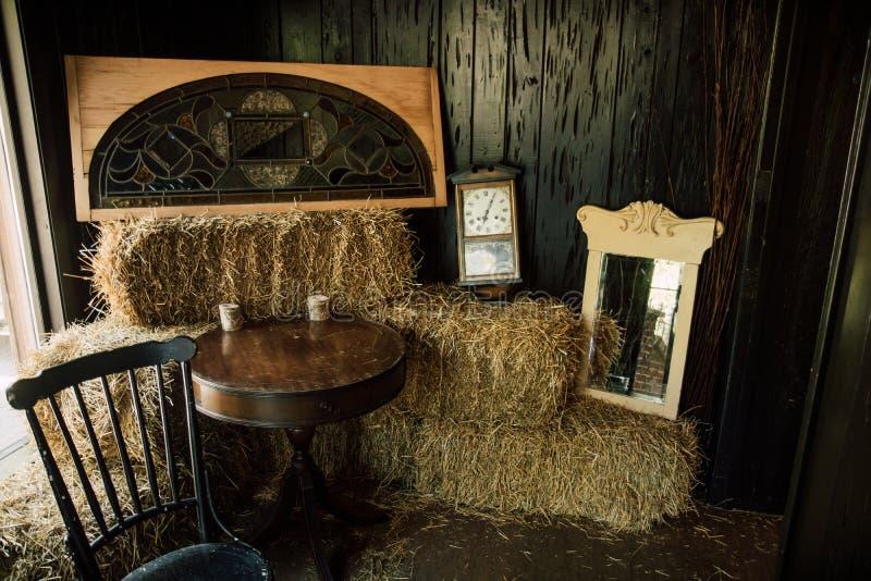 Δυτικό δωμάτιο με τα δέματα και τα ρολόγια σανού στοκ εικόνα με δικαίωμα ελεύθερης χρήσης