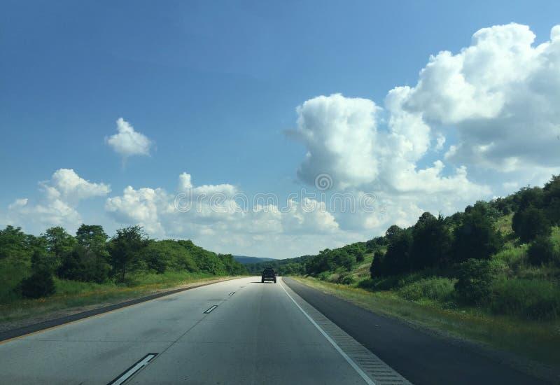 Δυτικό τοπίο του Αρκάνσας και τεσσάρων λωρίδων εθνική οδός στοκ φωτογραφία
