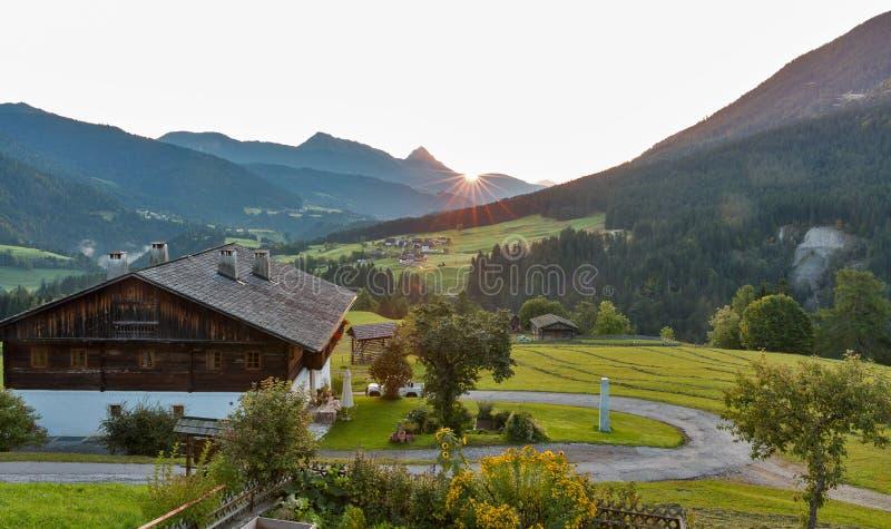 Δυτικό τοπίο του χωριού ανατολής Carinthia αλπικό, Αυστρία στοκ εικόνα