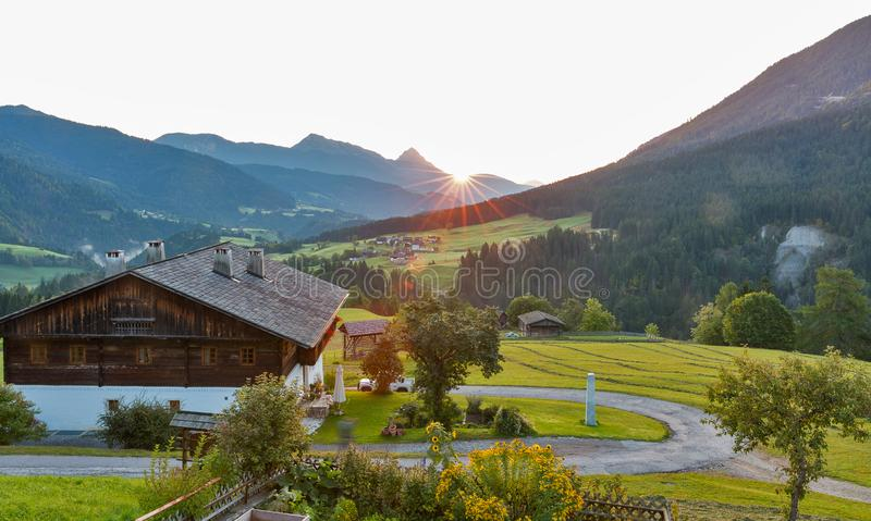 Δυτικό τοπίο του χωριού ανατολής Carinthia αλπικό, Αυστρία στοκ εικόνες