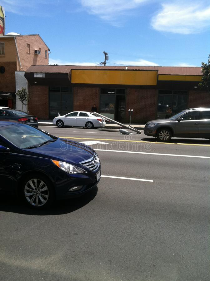 Δυτικό Χόλιγουντ, ασβέστιο/Ηνωμένες Πολιτείες - 6 Μαΐου 2011: Άσπρος ελαφρύς πόλος χτυπημάτων αυτοκινήτων στο ηλιοβασίλεμα Blvd ο στοκ εικόνα