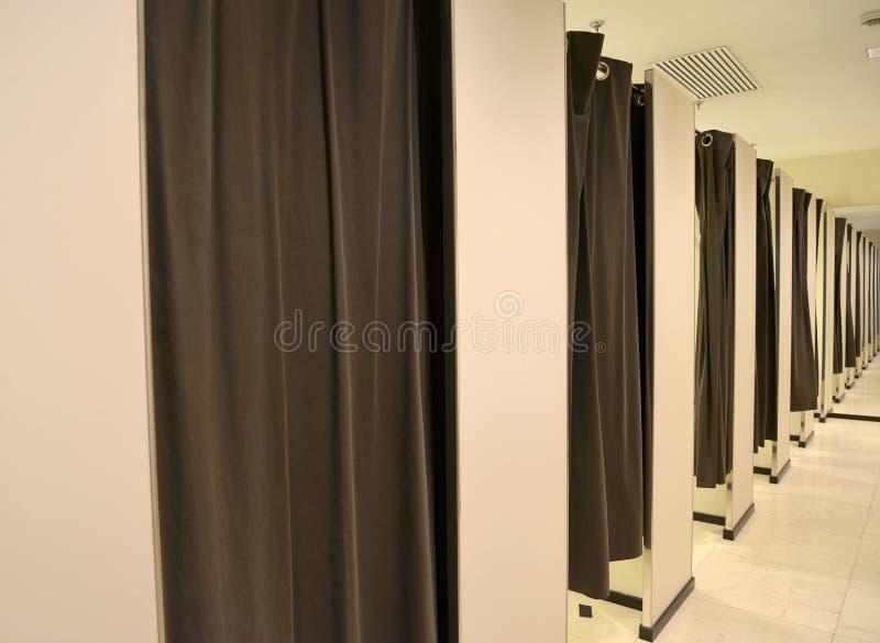 Δωμάτια συναρμολογήσεων θαλάμων στο κατάστημα ιματισμού στοκ φωτογραφία