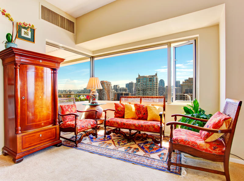 Δωμάτιο ήλιων με τα παλαιά έπιπλα στο σπίτι πολυτέλειας στοκ εικόνα με δικαίωμα ελεύθερης χρήσης