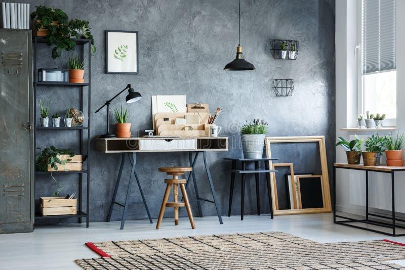 Δωμάτιο γραφείων με τον γκρίζο τοίχο στοκ εικόνες