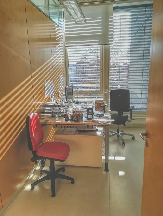 Δωμάτιο γραφείων στο ελαφρύ λουτρό στοκ φωτογραφία με δικαίωμα ελεύθερης χρήσης