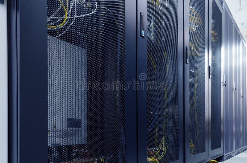 Δωμάτιο Διαδικτύου κεντρικών υπολογιστών datacenter με τις σειρές των σύγχρονων κεντρικών υπολογιστών Μεταβάσεις και καλώδιο στις στοκ εικόνες