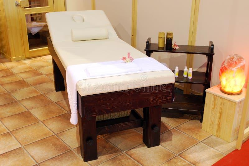 Δωμάτιο επεξεργασίας μασάζ με το κρεβάτι στοκ φωτογραφία με δικαίωμα ελεύθερης χρήσης