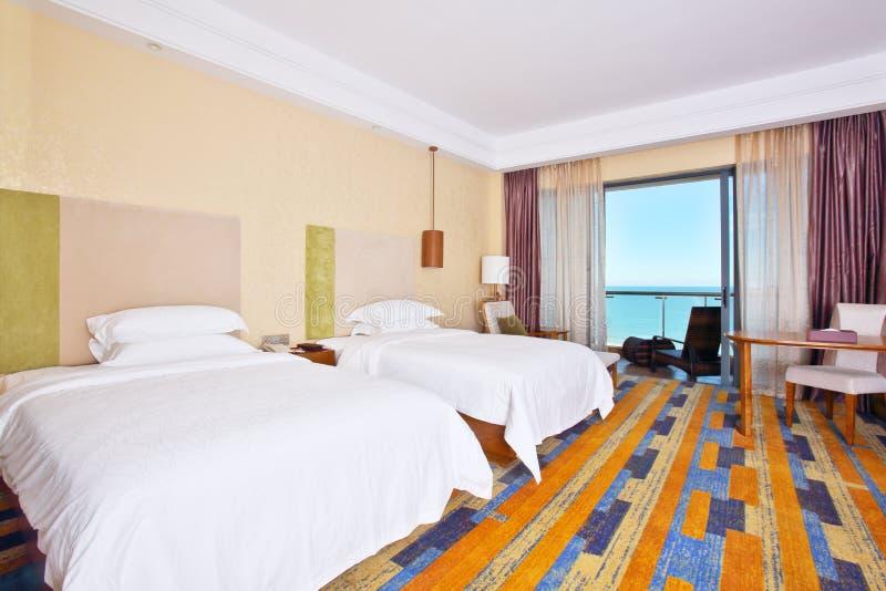 Δωμάτιο διπλών κρεβατιών με τη μεγάλη άποψη θάλασσας στοκ εικόνες