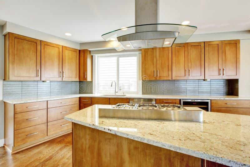 Δωμάτιο κουζινών με τα ξύλινα γραφεία, την αντίθετα κορυφή γρανίτη και το νησί στοκ φωτογραφίες