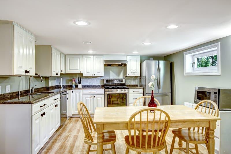 Δωμάτιο κουζινών υπογείων Διαμέρισμα πεθερών στοκ εικόνες με δικαίωμα ελεύθερης χρήσης
