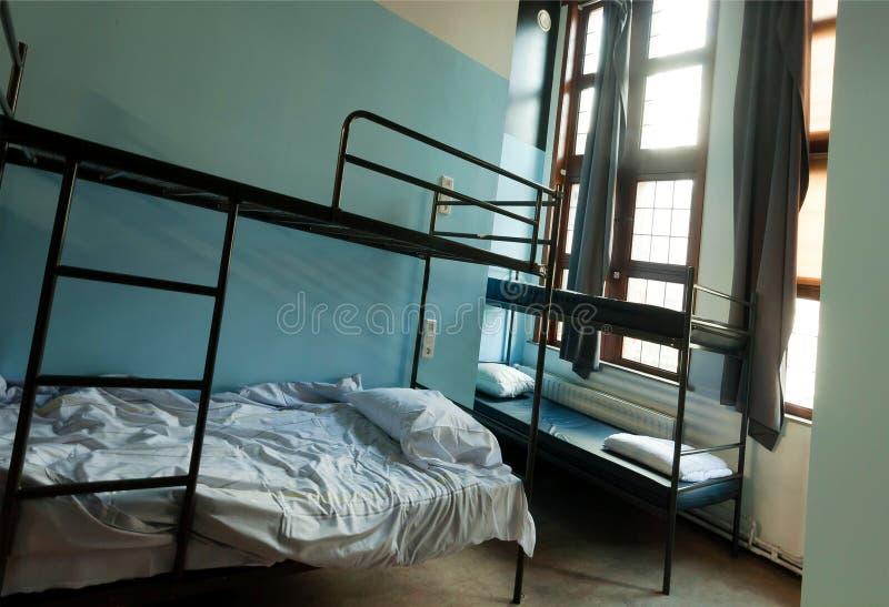 Δωμάτιο με τα κρεβάτια κουκετών στον ξενώνα νεολαίας με την περιοχή κο στοκ εικόνες με δικαίωμα ελεύθερης χρήσης