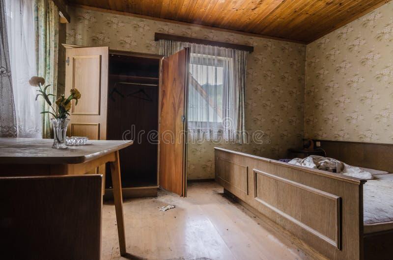 δωμάτιο με τα λουλούδια και κρεβάτι σε ένα ξενοδοχείο στοκ εικόνα