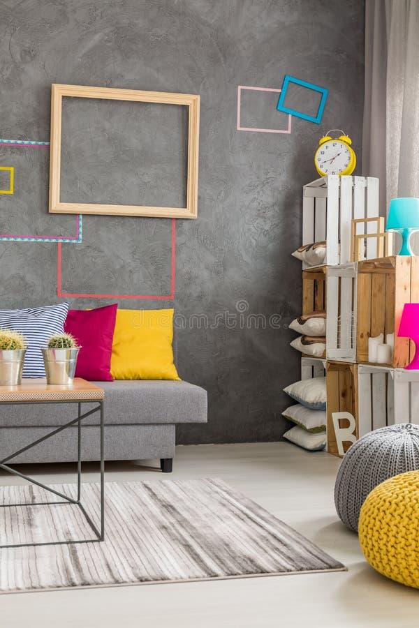 Δωμάτιο με τη diy τοποθετώντας σε ράφι μονάδα στοκ φωτογραφίες με δικαίωμα ελεύθερης χρήσης