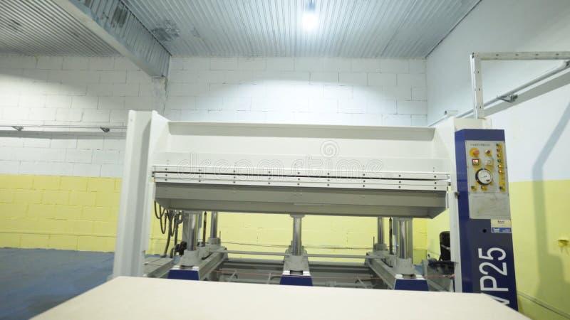 Δωμάτιο με τις μηχανές ξυλουργικής r Σύγχρονο εργαστήριο με τις ξύλινες μηχανές επεξεργασίας στη βιομηχανική επιχείρηση r στοκ φωτογραφία