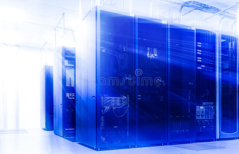 Δωμάτιο με τις σειρές του υλικού κεντρικών υπολογιστών στοκ εικόνα
