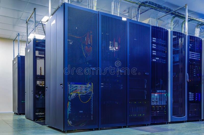 Δωμάτιο με τις σειρές του υλικού κεντρικών υπολογιστών στοκ φωτογραφία