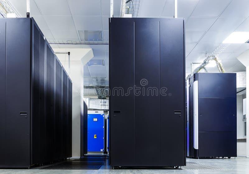 Δωμάτιο με τις σειρές του υλικού κεντρικών υπολογιστών στοκ εικόνα με δικαίωμα ελεύθερης χρήσης