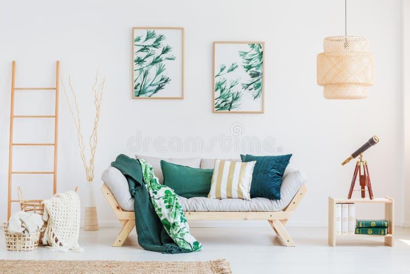 Δωμάτιο με τις σκούρο πράσινο εμφάσεις στοκ εικόνες με δικαίωμα ελεύθερης χρήσης