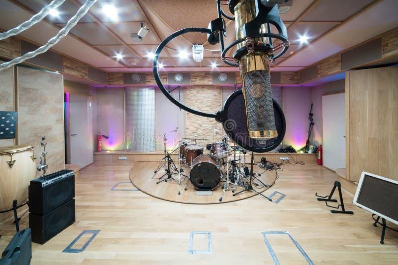 Δωμάτιο με τον εξοπλισμό μουσικής στοκ εικόνες