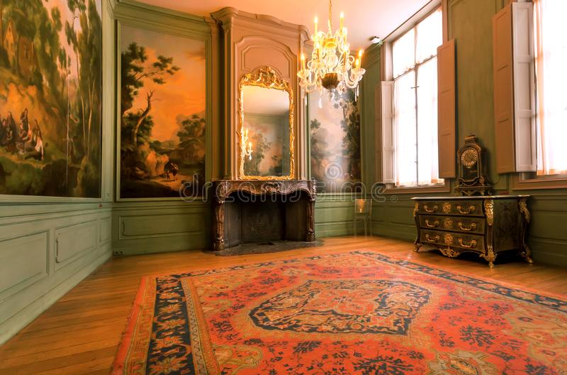 Δωμάτιο με τους τάπητες, έργα τέχνης, εκλεκτής ποιότητας έπιπλα στο μουσείο εκτύπωσης plantin-Moretus, περιοχή παγκόσμιων κληρονο στοκ εικόνα