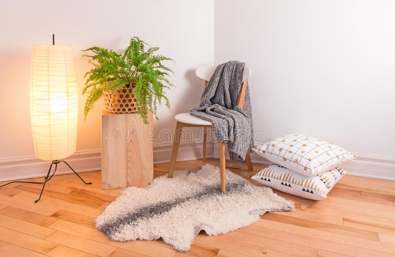 Δωμάτιο με το άνετο φως που διακοσμείται στο Σκανδιναβικό ύφος στοκ εικόνα