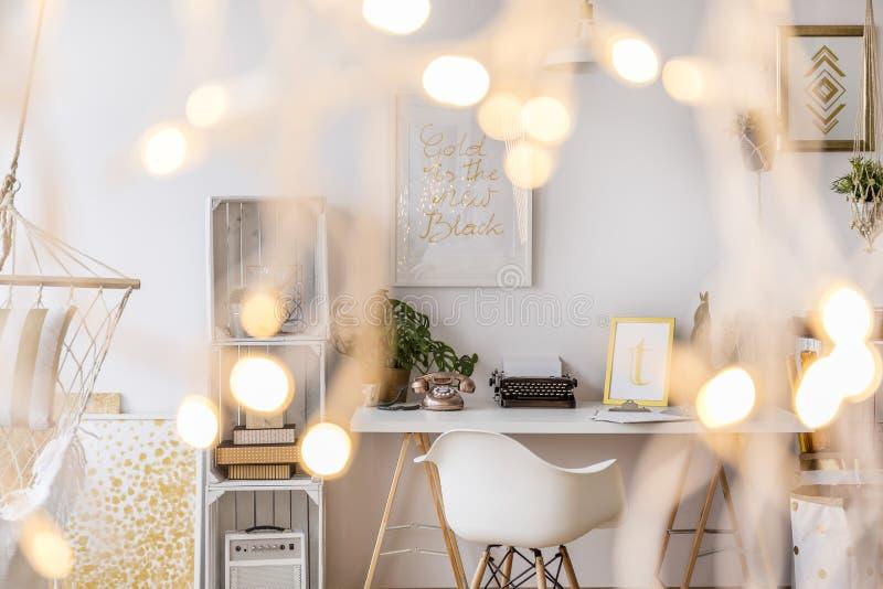 Δωμάτιο με το δημιουργικό φωτισμό στοκ φωτογραφία με δικαίωμα ελεύθερης χρήσης