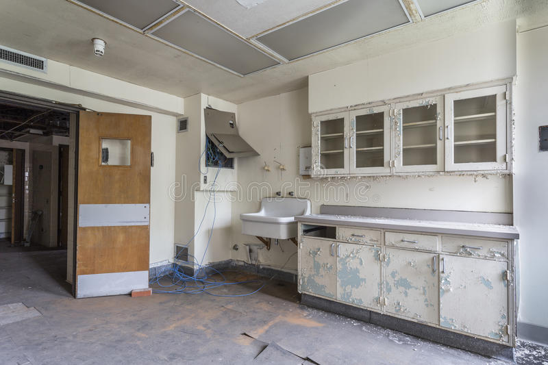 Δωμάτιο με το νεροχύτη σε ένα εγκαταλειμμένο νοσοκομείο στοκ εικόνες