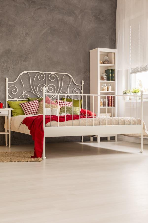 Δωμάτιο με το συζυγικό κρεβάτι στοκ εικόνα