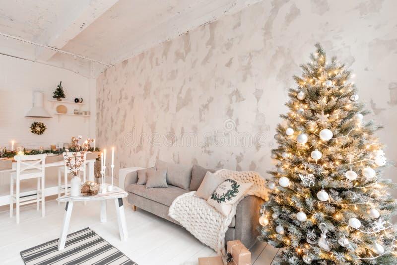 Δωμάτιο με το χριστουγεννιάτικο δέντρο άνετος στοκ φωτογραφίες