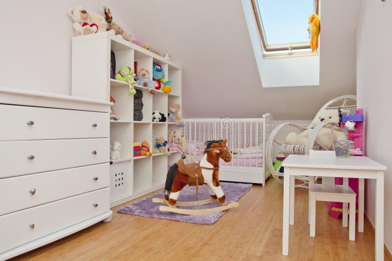 Δωμάτιο μικρού παιδιού με πολλά παιχνίδια στοκ φωτογραφία με δικαίωμα ελεύθερης χρήσης
