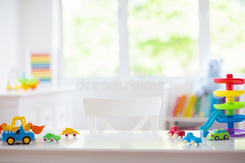 Δωμάτιο μικρών παιδιών Αυτοκίνητα παιχνιδιών στο γραφείο Παιχνίδια αυτοκινήτων στοκ φωτογραφία με δικαίωμα ελεύθερης χρήσης