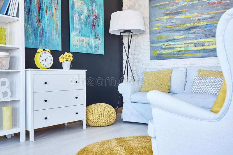 Δωμάτιο ναυτικού με το κίτρινο μαξιλάρι πουφ στοκ εικόνες με δικαίωμα ελεύθερης χρήσης