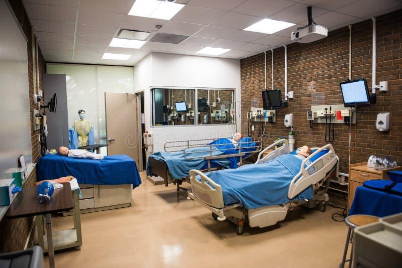Δωμάτιο νοσοκομείων για την κατάρτιση σπουδαστών με τα κρεβάτια και το μανεκέν στοκ εικόνες με δικαίωμα ελεύθερης χρήσης