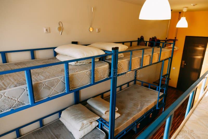 Δωμάτιο ξενοδοχείου με τα κενά κρεβάτια κουκετών σε ένα μικρό δωμάτιο στοκ φωτογραφία